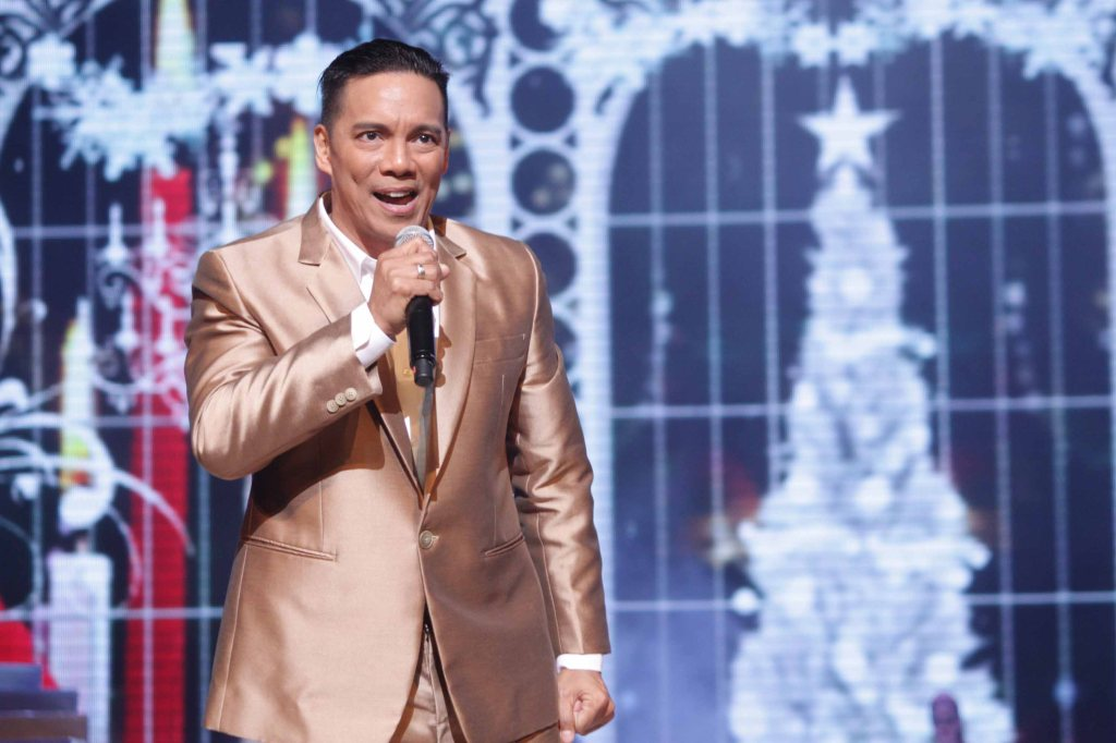 King and I's Bo Cerrudo serenade the crowd during Miss Resort's World Final Runway competition at the New Port Performing Arts Theater Resort's World Manila last Nov 23, 2012. Photo by Jude Bautista