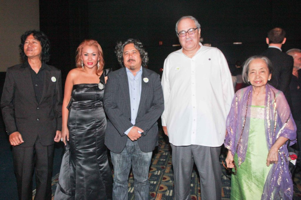 2nd from right:  Senator Goffredo Bettini Moviemov Artistic Dir with Sheika actors from left: Perry Dizon, Arnel Mardoquio (director), Fe Gingging Hyde (actor/producer), and Natl Artist for Literature Virgie Moreno. The Moviemov: Italian Film Fest rolled out the red carpet at the Ayala Museum and GB3 cinema. Photo by Jude Bautista.